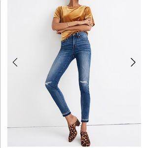 "Like NEW Petite 9"" Mid-Rise Skinny Jeans York Wash"